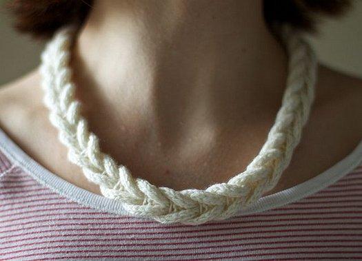 Вязание из остатков пряжи – ожерелье-косичка своими руками