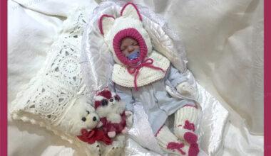 """Комплект для новорожденной девочки """"Малышка Китти"""": шапочка-шлем с манишкой и носочки"""